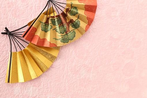 年賀状 素材 正月 飾り 扇 松 縁起物 金色 ペーパークラフト クラフト 工芸 ハンドメイド 手作り 作品 芸術 アート 小物 和紙 和風 古風 日本 明るい 華やか 女性的 ピンク 余白 スペース