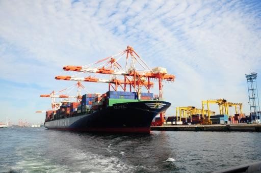本牧ふ頭 本牧埠頭 貨物船 クレーン 貨物 ガントリークレーン 船 空 青空 晴天 重機 仕事 輸出入