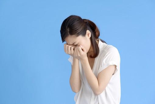 女性 ポーズ 人物 30代 日本人 黒髪 爽やか カジュアル 屋内 横向き ブルーバック 青背景 半そで 白  両手 握り締める 涙 苦しい つらい 悲しい 悲痛 悲惨 涙する 泣き言 目 瞑る 泣く 上半身 泣き崩れる mdjf013