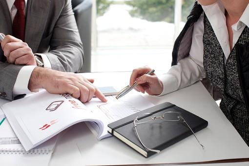ビジネス 仕事 ビジネスマン 会社 会社員 男性 シャツ スーツ 女性 屋内 室内 オフィス 会議室 ミーティングルーム 机 デスク テーブル 打ち合わせ 会議 ミーティング 話し合い 資料 プリント 図 手元 アップ 検討 手帳