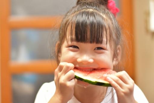 子供 こども 子ども 女の子 mdfk023 スイカ 食べる 夏 フルーツ 美味しい 笑顔