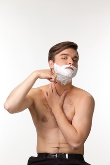 美容 エステ ビューティー 外国人 男性 メンズ 大人 1人 20代 30代 若い 若者 ミドル 中年  顔  白バック 白背景 笑顔 スキンケア シェービングフォーム シェービングクリーム 泡 顎 あご 髭 ひげ 肌 裸 髭剃り 当てる 持つ 手 屋内  メンズエステ mdfm038
