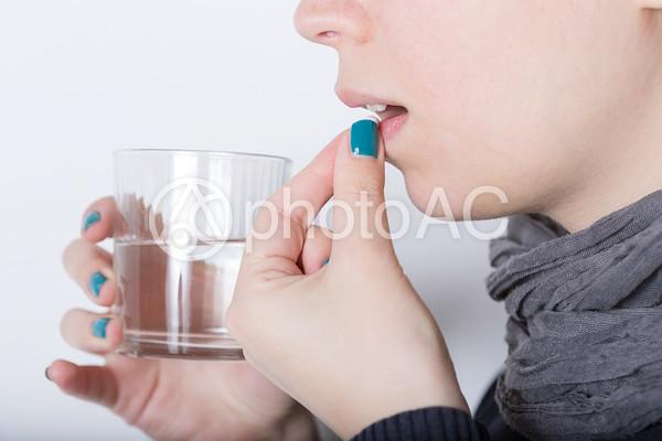 薬を飲む人5の写真