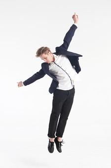 ダンス ダンサー ポーズ 体勢 姿勢 体位 ステップ 踊る 踊り 運動 スポーツ 振り付け 振付 振り 男性 男 外国人 金髪 若い 全身 手 腕 広げる 上げる 足 脚 そろえる 俯く 飛ぶ ジャンプ 跳躍 背景 白 ホワイト mdfm074