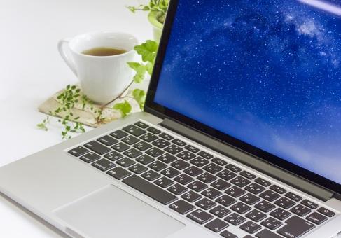 パソコン ハーブティー 飲み物 ノートパソコン 観葉植物 アイビー マック MacBook デスク