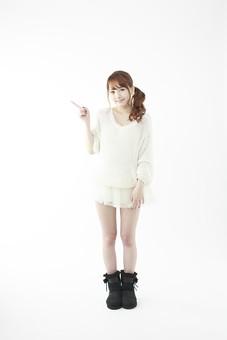 人物 女性 日本人 若い 20代   セーター ニット カジュアル モデル かわいい   キュート ポーズ おすすめ 屋内 白バック   白背景 全身 仕草 ジェスチャー 案内 説明 指差し 指さす 示す 注目 笑顔 正面 mdjf005