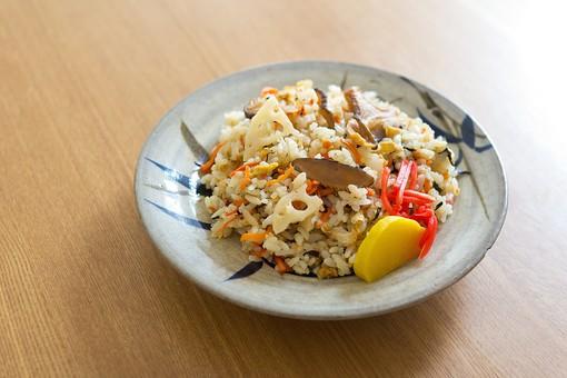 炊き込みご飯 米 ご飯 主食 日本 和 和食 日本食 炊き込み 食べ物 グルメ ひじき たくあん 沢庵 紅しょうが きのこ 人参 和風 母の味 れんこん 食器 和食器 食卓 テーブル 黄色 赤色