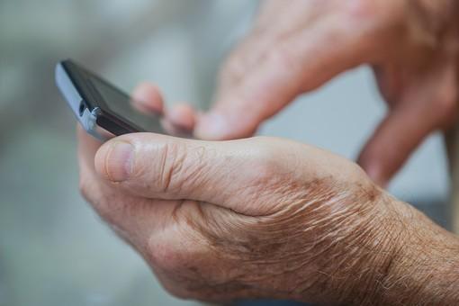 人物 老人 お年寄り 高齢者 シルバー  年老いた手 ハンドパーツ 手 指 ハンド  パーツ 手の表情 年老いた手 皺 しわ  シワ クローズアップ 携帯 電話 スマホ スマートフォン 操作 触る タッチ メール ライン リハビリ 訓練 医療 福祉 手元 指先 手先