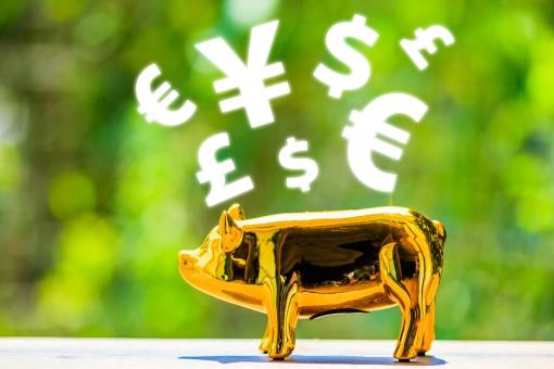 緑ぼかし背景と金の豚の写真