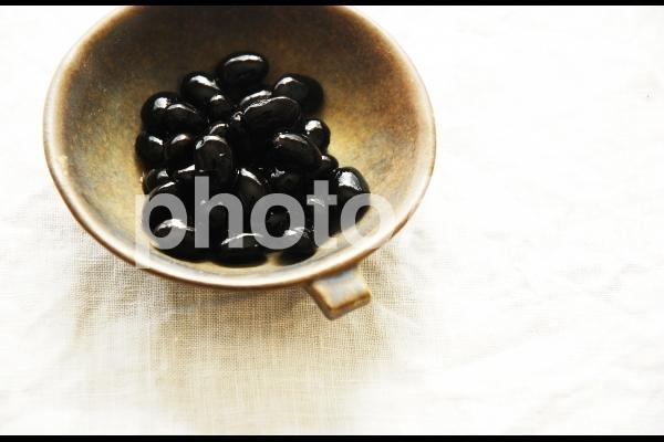 お皿に盛られた黒豆3の写真