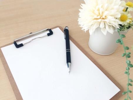 クリップボードとペンの写真