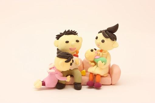 クレイ クレイアート クレイドール ねんど 粘土 クラフト 人形 アート 立体イラスト 粘土作品 人物 笑顔 子供 子ども こども 親子 ソファ 座る 椅子 赤ちゃん お母さん お父さん 女性 男性 団らん だんらん 団欒