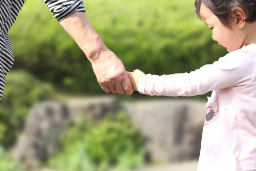 おばあちゃん 孫 家族 人物 女性 子供 女 女の子 幼児 シニア 日本人 ばあちゃん 祖母 ばあば 老人 高齢 手つなぎ 手 つなぐ