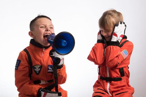 グレーバック 背景 グレー 子ども こども 子供 2人 ふたり 二人 男 男児 男の子 女 女児 女の子 児童 宇宙服 宇宙 服 スペース スペースシャトル 宇宙飛行士 飛行士 オレンジ 希望 夢 将来 未来 体験 職業体験 職業 小道具 小物 うるさい 煩い 五月蠅い 拡声器 マイク ハンドマイク 叫ぶ 大音量 ボリューム  外国人 mdmk009 mdfk045
