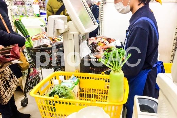 スーパーで買い物の写真