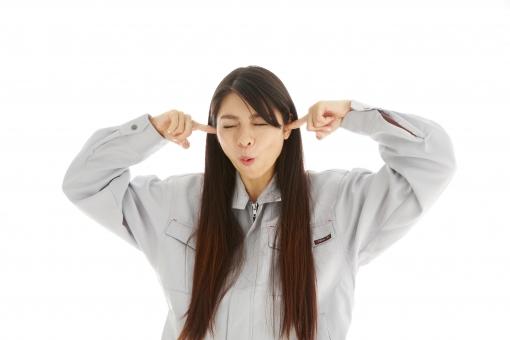 人物 日本人 女性 女の子 20代  モデル かわいい 美人 ロングヘア 作業服  作業着 スタジオ撮影 白バック 白背景 仕事  技術職 ガテン系 作業員 耳 塞ぐ ふさぐ うるさい 煩い 騒音 聞きたくない シャットアウト mdjf019