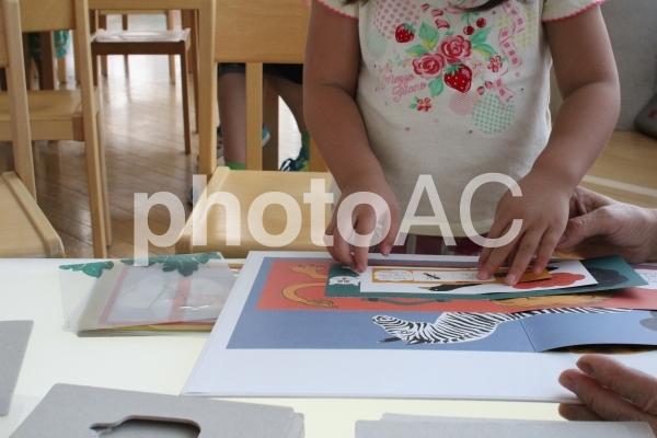 工作する女の子の写真
