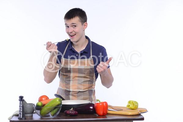 エプロン姿の男性 クッキング21の写真