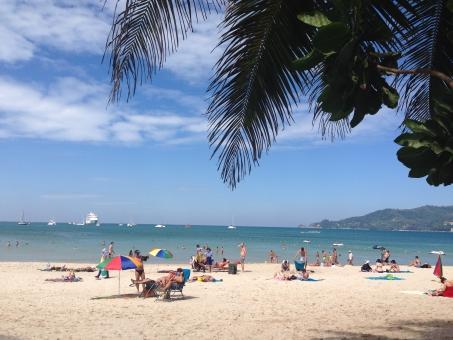 夏 海 ビーチ 砂浜 白 砂 青 青空 空 海外 外国 リゾート アジア タイ プーケット バカンス 日光浴 外国人 水着 雲