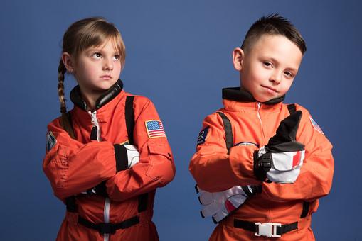 背景 ダーク ネイビー 紺 子ども こども 子供 2人 ふたり 二人 男 男児 男の子 女 女児 女の子 児童 宇宙服 宇宙 服 スペース スペースシャトル 宇宙飛行士 飛行士 オレンジ 正面 前  目指す 希望 夢 将来 未来 体験 職業体験 職業 腕組み クール カッコいい かっこいい ポーズ  サムズアップ 外国人  mdmk009 mdfk045