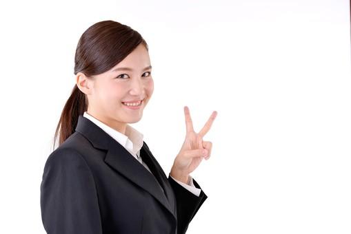 人物 日本人 女性 若い 若者 20代 スーツ 就職活動 就活 就活生 社会人 OL ビジネス 新社会人 新入社員 フレッシュマン 面接 真面目 清楚 屋内 白バック 白背景 上半身 ピース ピースサイン 笑顔 成功 合格 内定 嬉しい うれしい 喜ぶ ビジネスマン mdjf007