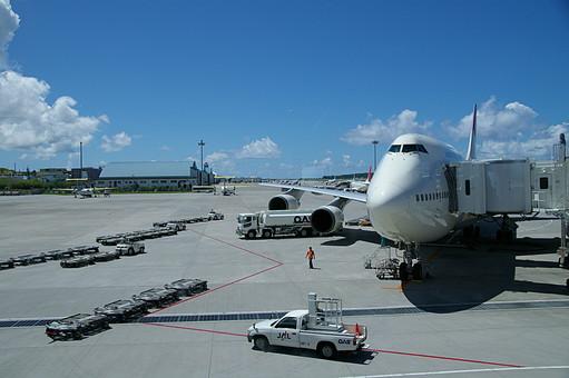 飛行機 ジェット機 乗り物 空港 航空機 滑走路 機体 整備士 航空便 空 青空 飛行場