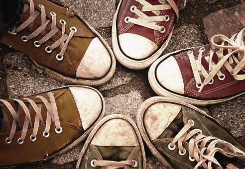 足 足元 靴 女性 男性 女 男 レディース メンズ 10代 20代 30代 おしゃれ オシャレ お洒落 物語 風景 運動靴 スニーカー 仲間 友達 カップル 恋人 お揃い 色違い 仲良し 友人 屋外 室外 外 外出 女子 男子