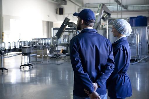 人物 外国人 男性 女性 従業員 社員 作業着 作業服 工場 生産 製造 製造ライン 水 飲料水 飲用水 飲水 ミネラルウォーター ペットボトル 屋内 見学 監視 観察 見守り 後ろ姿 後姿 2人 mdff043 mdfm018