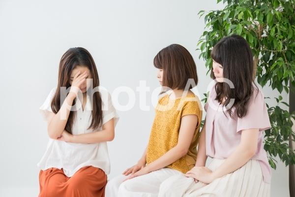 悩み相談をする女性の写真