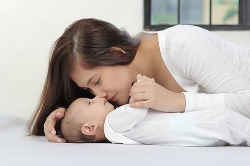 人物 男の子 外国人 フィリピン人 子供 幼い 赤ちゃん 赤ん坊 乳幼児 新生児 0歳 ベビー ベビー服 小さい 可愛い 愛らしい 庇護 守る 弱い 寝転がる 横になる 仰向け 視線 大人 成人 母親 ママ 女の人 女性 母子 親子 二人 あやす mdfk020 mdff038
