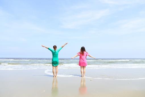 ビーチリゾート  南の島 南国 南の国 スナップ リゾート 癒し 穏やか 観光地 観光都市 旅行 観光 トラベル 旅  休日 休暇 バカンス ホリデー  砂浜 ビーチ 砂 自然 海 波打ち際 波 人物 女性 万歳 夏 夏休み