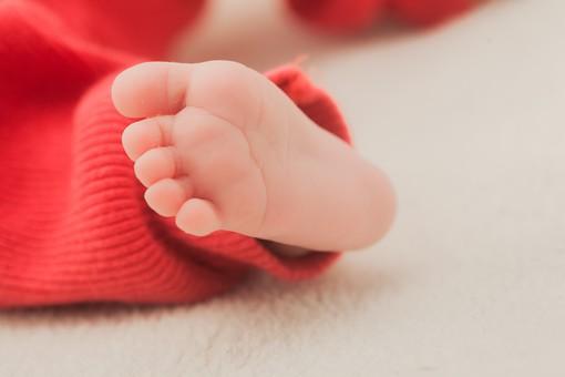 人物 外国人 赤ちゃん 赤ん坊 ベビー ベイビー 新生児 乳児 足 裸足 素足 足の裏 肌 素肌 小さい かわいい 指 ベビー服 オレンジ 毛布 シーツ 出産 誕生 命 生命 愛情 幸せ 幸福 成長 発育 発達 子育て 育児 ポートレート アップ 背景ボケ ボケ味