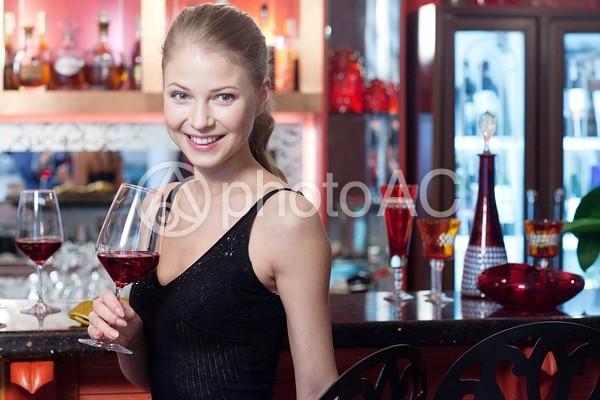 バーに居る女性4の写真