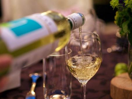 白ワイン 注ぐ グラス 結婚式 ワイン お酒 ディナー アルコール レストラン 酒 テーブル ワイングラス ドリンク 瓶 ビン ボトル 座席 ウェルカムドリンク 式場 ウエイター ウエイトレス 食事 乾杯 ウエディング 披露宴 結婚 飲酒 ラベル テイスティング 飲む