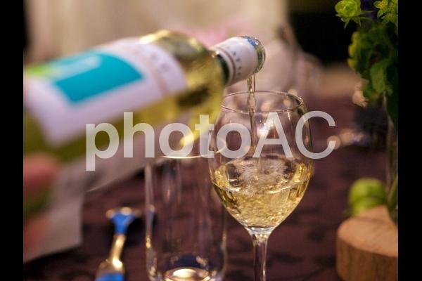 白ワインを注ぐの写真