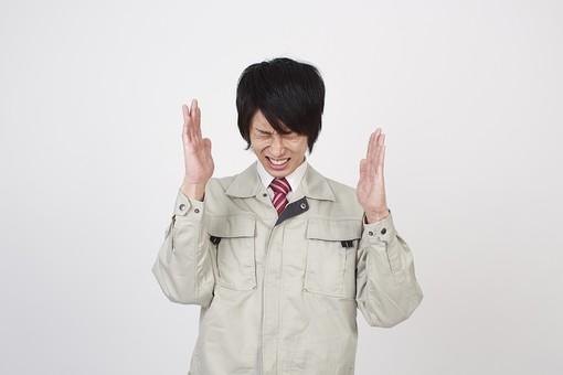 人物 男性 日本人 日本人男性 20代   若い 若者 仕事 職業 社会人  作業服 作業着 技術者 専門職 エンジニア  作業員 スタジオ 白バック 白背景 ポーズ 上半身 イライラ むしゃくしゃ 忙しい ストレス 苛立つ mdjm006