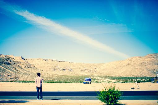 自然 青 晴天 天気 晴れ 青空 白 雲 グラデーション コントラスト 鮮やか 山 岩 山肌 岩肌 崖 荒地 険しい 危険 石 土 地面 植物 草 雑草 野草 人物 看板 表示 広い 壮大 広大 室外 屋外 アメリカ 外国 風景 景色