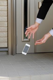 スマートフォン 落下 落とす 携帯電話 電話 破損 故障 壊れる 割れる 瞬間 玄関 不注意 保証 保険 備える 物損 事故 家電 スマホ iPhone ライフスタイル ビジネス 修理 壊す ショック トラブル スマホケース