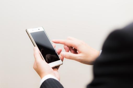 スマートフォン ビジネス 営業 スーツ 携帯 会社員 連絡 調べる メール スマホ インターネット ブログ 男性 ライン ツイッター 受信 白バック タッチパネル 依存 通話 電話