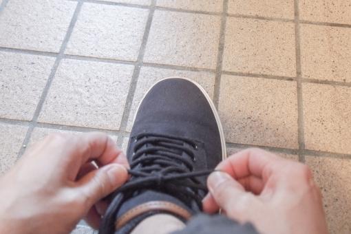 靴 靴紐 結ぶ 手 ハンドパーツ スニーカー 履く 玄関 お出かけ ショッピング お買い物 デート 出発 気合い 意気込み シューズ 足 男性 フット
