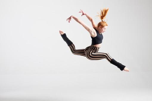 ダンス ダンサー ポーズ 体勢 姿勢 体位 ステップ 踊る 踊り 運動 スポーツ 振り付け 振付 振り 女性 女 外国人 若い 全身 飛ぶ ジャンプ 跳躍 足 脚 開く 開脚 手 腕 両手 両腕 上げる 横顔 背景 白 ホワイト mdff128