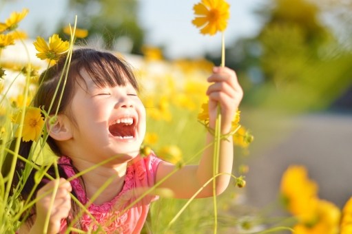 お花 花 子ども 子供 こども 女の子 笑う 楽しい 笑顔 春 黄色 mdfk023