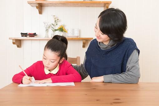 人物 日本人 家族 ファミリー 親子  母子 お母さん おかあさん ママ 子供  こども 娘 女の子 小学生 勉強  学習 教育 宿題 家庭学習 部屋  リビング テーブル 見守る 教える 指導 コミュニケーション 笑顔 優しい  mdjf017 mdfk014
