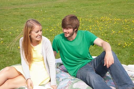 人物 外国人 外人 男性 女性 2人 カップル 夫婦 恋人 屋外 野外 外 自然 芝生 緑 グリーン くつろぐ 寛ぐ リラックス ピクニック レジャー レジャーシート 公園 座る 語らい 会話 おしゃべり 笑顔  草原 休日 mdff084 mdfm051
