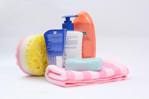 お風呂 お風呂用品 美 シャワー シャンプー 洗う 清潔 スポンジ ピンク色 こする しま ボディタオル 青色 黄色 磨く 歯磨き粉 石鹸 ボディソープ ポンプ ボトル お風呂グッズ 白背景 接写 アップ 文字 英字