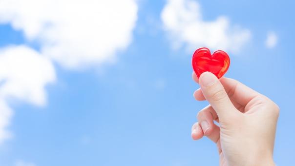 ハート つかむ ラブ 手 女性 愛 愛情 雲 告白 カップル 恋人 心臓 健康 ヘルス 高血圧 生活 生活習慣病 病気 病院 気持ち 医療 メディカル 青空 ブルー 空 グラデーション