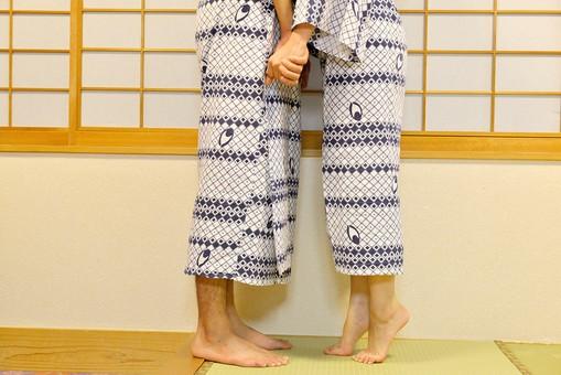 屋内 人物 日本人 2人  大人 男性 女性 夫婦 カップル 温泉 旅行 湯上り 浴衣 ゆかた 和服 着物 背伸び 爪先 つまさき つま先立ち 手 繋ぐ つなぐ 手をつなぐ 指 指を絡める 向き合う 顔無し キス 足元 ロマンチック