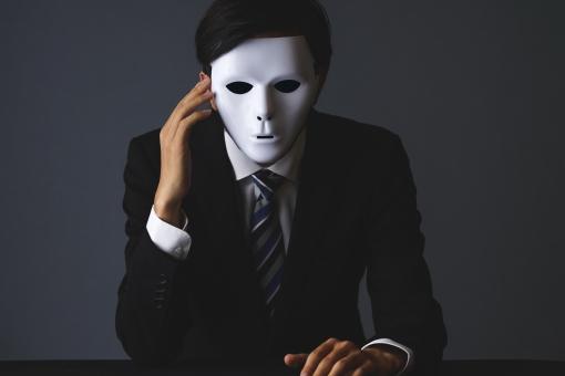 男 男性 会社員 スーツ ビジネスマン ビジネス 人物 ポートレート 手 上半身 マスク 1人 無表情 黒 人々 暗い イメージ ダーク お面 怖い 裏側 闇 事件 仮面 変装 スパイ 悪者 偽物 犯罪 悪い 犯罪者 覆面 シークレット 詐欺師 匿名 ハッカー ハッキング 加害者 顔なし 顔無し 本性 裏表 二面性 裏の顔 裏社会 偽善者 概念 サイコパス 偽名
