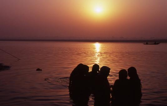 India インド いんど ひと 人 かわ 川 河 朝日 太陽 沐浴 みず 水 あか 赤
