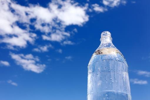 ペットボトル 水 飲料水 飲み水 飲み物 飲物 ボトル ウォーター ドリンク スポーツドリンク ミネラルウォーター 容器 プラスチック 雲 空 青空 晴れ 青 青色 快晴 イメージ 透明 半透明 乾き 水分 水分補給 水資源 資源 環境 雫 水滴 いっぱい 爽やか さわやか 夏 アップ コピースペース 屋外 無人 人物なし 余白